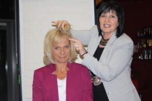 b.dress-Businessevent-unser-Model-nach-dem-Haare-schneiden-und-neues-Outfit